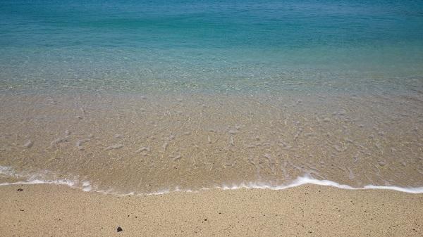 白い砂浜とコバルトブルーの海