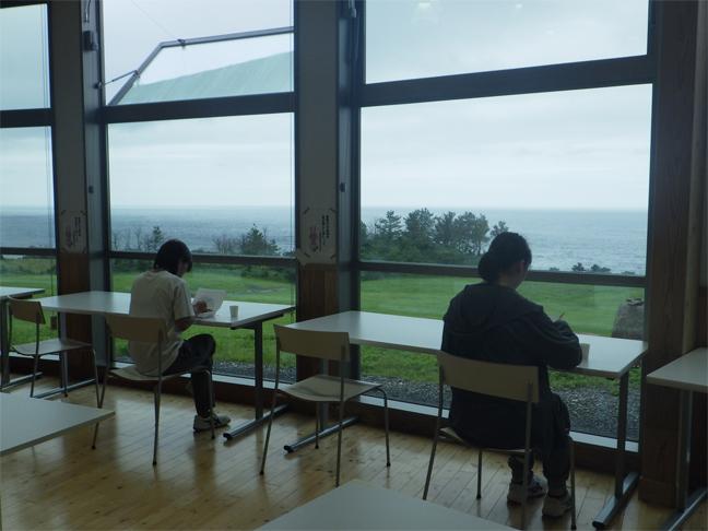 海が見える窓側