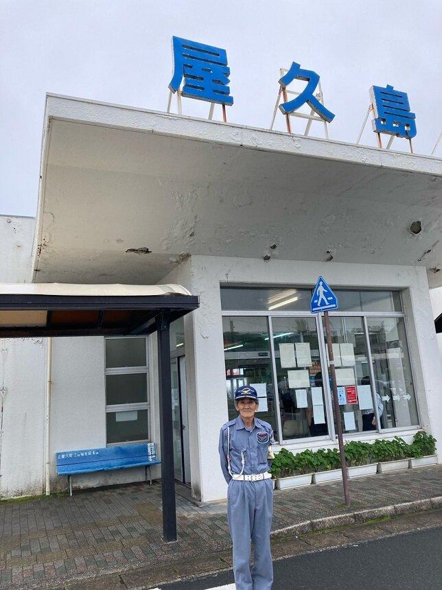 空港で来島者の方や島民の方の安全のため、日々働かれている寺田さん
